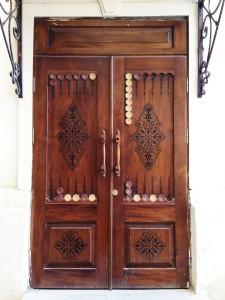 Двери в виде игры нарды, город Баку